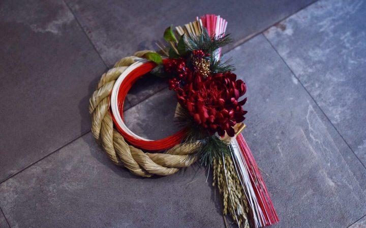 紅白の水引が華やかなモダンな正月飾り(しめ縄)